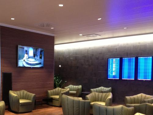 Figure 3 - With SpinetiX, advertize products and services you can offer to passengers waiting for their flight.